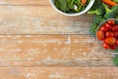 Zamyka up dojrzali warzywa na drewnianym stole fotografia stock