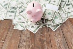 Zamyka up dolarowy pieniądze i prosiątko bank na stole zdjęcia stock