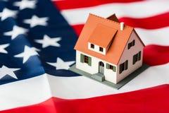 Zamyka up domu model na flaga amerykańskiej zdjęcie royalty free