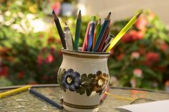 Zamyka up drewniani kolorowi ołówki, odizolowywa od bielu tło, grupa rozrzucone kredki, zdjęcie stock
