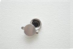 Zamyka up, drzwiowy obiektywu peephole na białej drewnianej teksturze Obrazy Royalty Free