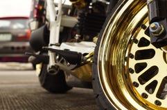 Zamyka up dużego motocyklu frontowy koło, ostrości mag błyszczący złoty koło zdjęcia stock