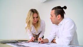 Zamyka Up Dwa architekta Dyskutuje plan Wpólnie Przy biurkiem Z projektami zbiory