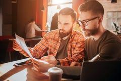 Zamyka up dwa biznesmena który patrzejący papiery i uczenie informacja od one Przygotowywają dla Fotografia Stock