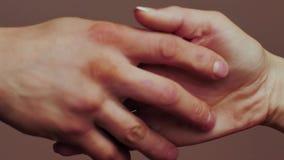 Zamyka up dwa kochanka łączy ręki zdjęcie wideo