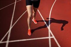 Zamyka up działający buty w użyciu Kobiety sprawności fizycznej jog treningu welness pojęcie Obrazy Royalty Free