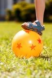 Zamyka up dzieciaka kładzenie na balowej stopie Obrazy Royalty Free