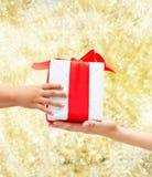 Zamyka up dziecka i matki ręki z prezenta pudełkiem Fotografia Stock