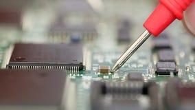 Zamyka up elektronika inżynier sprawdza obwód deskę zbiory