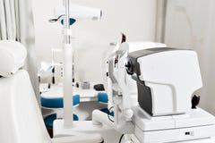 Zamyka up fachowego oka probierczy wyposażenie Nowożytnego oka probierczy przyrząd stoi w lab Tonometer wewnątrz Obrazy Stock