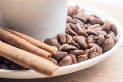 Zamyka up filiżanka kawy z cynamonem i fasolami zdjęcia royalty free