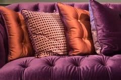 Zamyka up fiołkowa aksamitna kanapa i poduszki Fotografia Stock