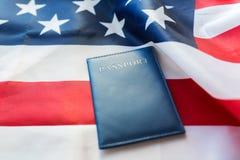Zamyka up flaga amerykańska i paszport zdjęcia stock