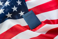 Zamyka up flaga amerykańska i paszport zdjęcie stock