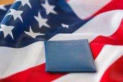 Zamyka up flaga amerykańska i paszport obraz stock