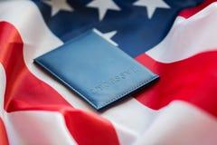 Zamyka up flaga amerykańska i paszport obrazy stock