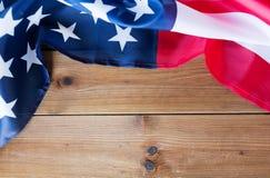 Zamyka up flaga amerykańska na drewnianych deskach fotografia stock