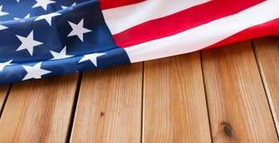 Zamyka up flaga amerykańska na drewnianych deskach obraz royalty free