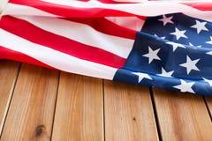 Zamyka up flaga amerykańska na drewnianych deskach zdjęcie stock