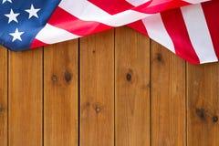 Zamyka up flaga amerykańska na drewnianych deskach zdjęcia stock