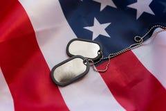 Zamyka up flaga amerykańskiej i wojskowego odznaki fotografia stock