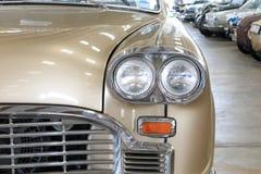 Zamyka Up Frontowego światła szczegóły Złocisty rocznika samochód obraz royalty free
