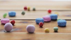 Zamyka up galaretowi cukierki spada drewniany stół zbiory wideo
