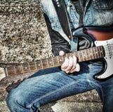Zamyka up gitarzysta bawić się na ulicie w hdr Fotografia Stock
