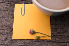 Zamyka up grunge nutowy papier na drewnianym Zdjęcie Royalty Free