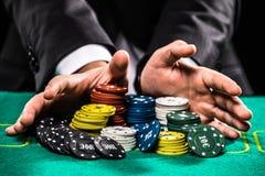 Zamyka up grzebaka gracz z układami scalonymi przy zielonym kasyno stołem fotografia royalty free