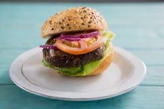 Zamyka up hamburger w talerzu Zdjęcie Royalty Free