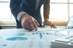 Zamyka up hand& x27; s biznesowy mężczyzna pracuje i wskazuje wykres obrazy stock