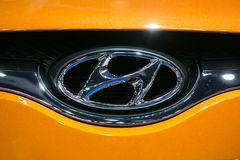 Zamyka up Hyundai logo na pomarańczowym samochodzie przy 35th Bangkok Międzynarodowym Motorowym przedstawieniem, pojęcia piękno w  Zdjęcia Stock