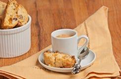 Zamyka up imbir, orzecha włoskiego biscotti i filiżanka epresso morelowi, Obrazy Royalty Free