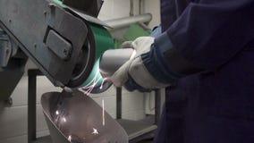 Zamyka Up inżynier Używa Szlifierską maszynę W fabryce zdjęcie wideo