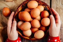 Zamyka up jajka w koszu Odgórny widok jajka w pucharze Brown e Zdjęcia Stock