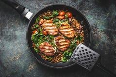 Zamyka up jarski karmowy pojęcie Zdrowy soczewica posiłek z szpinakiem i smażącym serem w kulinarnej niecce na nieociosanym tle z Zdjęcia Stock