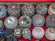 Zamyka up Jeweled pudełka, sprzedawca uliczny, Nepal Zdjęcia Stock
