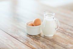 Zamyka up jugful mleko i jajka w pucharze fotografia stock