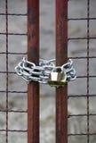 Zamyka up kłódka, brama i łańcuch, Obraz Royalty Free