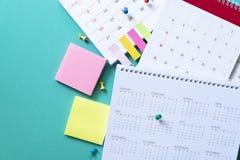 Zamyka up kalendarz na zielonym stole fotografia royalty free