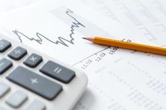 Zamyka up kalkulator, wykresy, ołówek Zdjęcie Stock