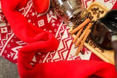Zamyka up Kawowe fasole, cynamon, turek na czerwonym knitwear tle Wieczór bożenarodzeniowy tło obrazy royalty free