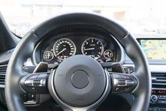 Zamyka up kierownica samochodowej konsoli deski rozdzielczej elektroniczna nawigacja Nawigacja ekran nowożytni samochodowi wnętrz Zdjęcia Stock