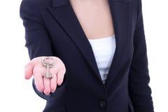 Zamyka up klucz w żeńskiej agent nieruchomości ręce Fotografia Stock