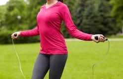 Zamyka up kobieta ćwiczy z arkaną Fotografia Stock