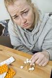Zamyka up kobieta bierze pigułki Medycyna, opieka zdrowotna i ludzie, fotografia stock