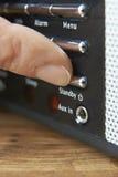 Zamyka Up kobieta Naciskowy Rezerwowy guzik Na radiu fotografia stock
