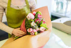 Zamyka up kobieta pakuje wiązkę przy kwiatu sklepem Obraz Royalty Free