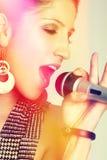 Zamyka Up kobieta śpiew Zdjęcia Royalty Free